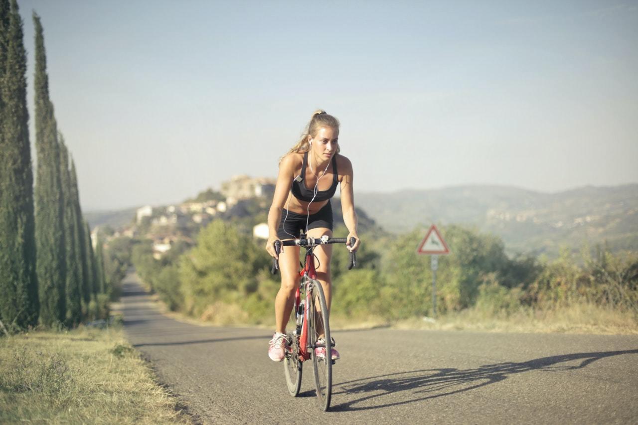 Mulher fazendo exercício de bicicleta