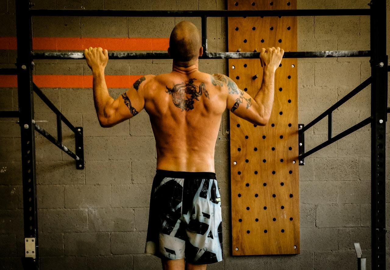 Homem fazendo CrossFit